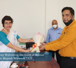 Dr.-Vinita-Sahay-Welcoming-the-Guest